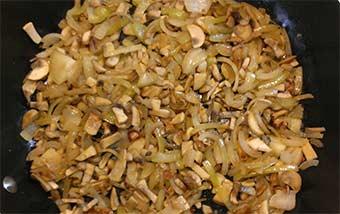 обжаренные грибы с луком